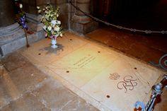 Monaco - kathedraal. Het graf van Prins Rainier III, overleden in 2005. Hij ligt begraven tussen de vorsten van Monaco, en zijn vrouw Gratia Patricia, bekend als Grace Kelly, overleden in 1982. Foto: G.J. Koppenaal, 27/6/2013