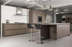 Tien keukens uitgevoerd in onvervalst walnoten hout