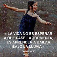 « La vida no es esperar a que pase la tormenta, es aprender a bailar bajo la lluvia » Taylor Swift #lluvia #bailar #taylorswift http://www.pandabuzz.com/es/cita-del-dia/taylor-swift-vida-tormenta-bailar-lluvia