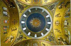 Mosaicos no interior da Catedral Basílica de Saint Louis, Missouri, USA. O grande selo da Arquidiocese de Saint Louis. O fundo azul escuro circunda o selo junto com as estrelas do céu.  Fotografia: Brad Harding no Flickr.