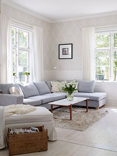 36 Light Cream and Beige Living Room Design Ideas A grey sofa with ivory patterned wallpaper and light wood floors is a light and airy look. The post 36 Light Cream and Beige Living Room Design Ideas appeared first on Vardagsrum Diy. Home, Taupe Walls, Living Spaces, Beige Living Rooms, Couch Decor, Interior Design, Living Decor, Home And Living, Living Room Designs
