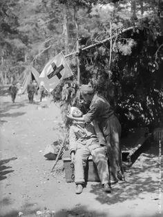 Un blessé républicain soigné dans une station du front de Guadarrama, près de Madrid, 9 septembre 1936 (vintage everyday: Old Photos of Spanish Civil War, ca. 1930s)