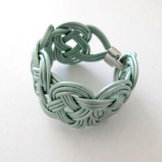 Make this pretty bracelet. Tutorial in english and in swedish.