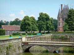 Le château de Carrouges: Château de Carrouges: Douves du château, parc arboré et tourelle du châtelet d'entrée - France-Voyage.com