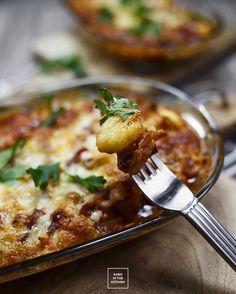 Gnocchi al forno - zapiekane w sosie pomidorowym gnocchi. Gnocchi ziemniaczane w pomidorowym sosie, z boczkiem i ziołami - obiad w 20 minut.