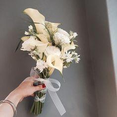 Hand Bouquet Wedding, Prom Bouquet, Diy Wedding Flowers, Bride Bouquets, Bridal Flowers, Wedding Ideas, Table Flower Arrangements, Wedding Hands, Wedding Decorations