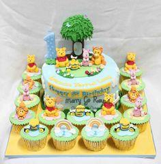 Torta e cupcake decorati con Winnie per 1 anno