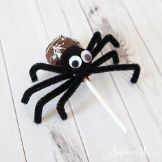Tootsie Pop pipe cleaner spider, ghosts and pumpkins have always been a popular Halloween craft at our house. They make great classroom treats or even a fun classroom party craft. Halloween Spider, Halloween Cakes, Halloween Treats, Halloween Diy, Halloween Stuff, Halloween Decorations, Classroom Birthday Treats, Halloween Outside, Children's Church Crafts