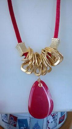 terciopelo rojo, cadena, plastimetal y dije (piedra natural)