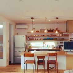 女性で、3LDKのジャーナルスタンダードファニチャー/この字型キッチン/冷蔵庫/ランプ…などについてのインテリア実例を紹介。「冷蔵庫 SHARPのSJ-XW44T使ってます。 アパートに住んでいる時に買ったので次の引越しの事も考えて両開きにこだわりました! もう引越すことはないだろうけど両開きの冷蔵庫、とても便利です(^^)」(この写真は 2016-08-16 17:13:25 に共有されました)