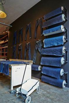 Jeanseria con anche l'area per le riparazioni e il restyling del jeans.
