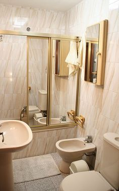 """Bathroom with bathtube. """"Flat Milo"""":  2 bedrooms with internet in El Palo, Malaga (Andalusia, Spain). 200 metres from the beach."""