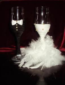 Decoração dos copos para os brindes dos noivos. Preços e informações para bloomartedecoracao@gmail.com