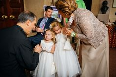Flower girls getting ready to walk down the aisle | Juliana Laury Photography