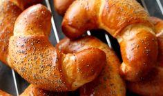 Voňavé loupáky na víkendovou snídani, které si zvládnete udělat sami doma, budou tou největší odměnou pro vás i vaši mlsnou rodinu. Křehké a jemné loupáky si totiž zamiluje každý. Upečte je podle receptu pana Cuketky. Pretzel Bites, Bagel, Nutella, Sausage, Toast, Bread, Food, Sausages, Brot