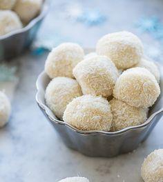 Bonbons met kokos en citroen. Van deze heerlijke bonbons kún je gewoon niet afblijven! Leuk om uit te delen tijdens een feestje (of gewoon voor zomaar voor jezelf) #bonbon #koolhydraatarm #glutenvrij #amandelmeel #kokos