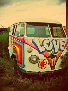 Sometimes, Volkswagen vans even came in full hippie splendour. Volkswagen Transporter, Volkswagen Bus, T3 Vw, Van Hippie, Hippie Love, Hippie Style, Hippie Car, Hippie Things, Vans Vw
