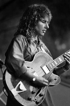 Such a great shot of Emily Remler. One of the world's greatest jazz guitarist lost too soon.