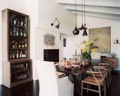 Stylowa szafa o postarzanym designie w połączeniu z nowoczesnym wnętrzem czyli jak zaprojektować, zaaranżować nietypowe miejsce na alkohol w domu - zainspiruj się! Szafa na alkohol to rozwiązanie nie tylko wygodne, ale bardzo efektowne - po więcej inspiracji zapraszam na bloga Pani Dyrektor - znajdziesz tam 50, bardziej lub mniej typowych pomysłów na to, jak zorganizować miejsce na alkohol w swoim domu!