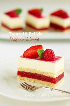 strawberry and raspberry jelly and vanilla cream cake Small Desserts, Mini Desserts, Just Desserts, Delicious Desserts, Jello Recipes, Dessert Recipes, Dessert Restaurants, Torte Cake, Summer Cakes