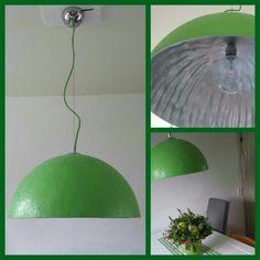 Gave groene Mezzo Tondo. Robuuste hanglampen met een doorsnede van 50 of 70cm in wit of zwart, oranje of groen met een goud- of zilverkleurige binnenkant. Het polyester materiaal geeft de lamp een bijzonder speels en decoratief gezicht. Fraaie details als het gestoffeerde snoer en chromen plafondplaat maken deze hanglampen helemaal af. Deze hanglampen staan erg mooi in twee- of drietal boven een eettafel, maar zijn ook erg geschikt voor de slaapkamer of kantoorruimte.