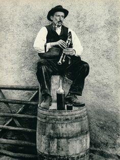 Cabrette, Auvergne (France) 1906 Scottish Bagpipes, Renaissance Music, Folk Costume, Middle Ages, Folklore, Musical Instruments, Fine Art Photography, Drums, Medieval