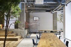 <p>Japanese studio Torafu Architects has recently remodeled the basement level space of Tokyo global advertising agency AKQA. While the office is on the first floor basement of the building, the open space and brightness does not make one feel underground. The concrete scraped the floor finish, white gravel for diffusing light that plugs into […]</p>