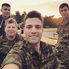 Greek Men, Thank You God, Men In Uniform, Greeks, Sexy Men, Singers, Hot Guys, Che Guevara, Idol