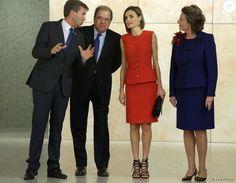 La reine Letizia d'Espagne (tailleur Nina Ricci, sandales Uterque) présidait le 23 septembre 2015 à Burgos la cérémonie de remise du prix V de Vida et des bourses de l'Association espagnole contre le cancer (AECC) et sa fondation scientifique, dont elle est la présidente d'honneur.