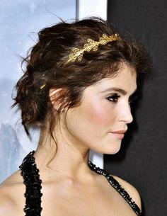 Gemma Arterton avec un joli headband métallique doré et une chignon flou... Et vous quel est votre accessoire cheveux préféré pour vos soirées? http://www.lothmann.com/coiffures-de-soiree-fetes-2015/