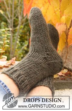 DROPS Extra - Knitted socks for men in stockinette st with rib, in DROPS Eskimo. - Free pattern by DROPS Design Knitted Slippers, Crochet Slippers, Knit Or Crochet, Knitting Patterns Free, Free Knitting, Free Pattern, Crochet Patterns, Drops Design, Knitting Videos