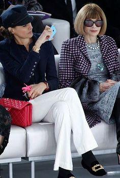 Ines de la Fressange and Anna Wintour French Chic Fashion, 50 Fashion, Fashion Over, Look Fashion, Timeless Fashion, Paris Fashion, Fashion Design, Anna Wintour, Ines Fressange