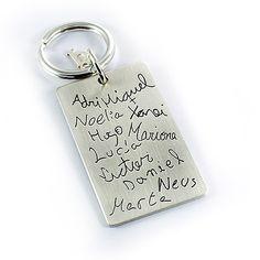 llavero de plata personalizado con lo nombres grabados
