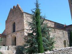 ABBAYE ST MICHEL DE CUXA, 5) Il existe une petite chapelle à Cuxa, mentionnée pour la 1° fois en 938, faite de pierres et d'argile. Sunifred fait bâtir une église en chaux, en pierre taillée et en bois, à partir de 956; il y est inhumé à sa mort en 967. Elle est consacrée le 28 septembre 974, veille de la St Michel, pour qui la maison comtale a une dévotion particulière. Cette église existe encore aujourd'hui, c'est l'une des plus importantes de l'architecture préromane.