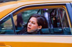 Budapesti lakos taxiba ül. Na nem úgy, mint Te vagy én egy görbe este után, hanem egy kis rafinériával. Megcsillogtatja idegen nyelvtudását, benyögi egy parádés belvárosi hotel nevét, turistásdit játszik és egy nap ötször teszi meg ugyanazt az utat. Négy különböző taxival és egyszer Uber-rel.Na…