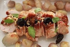 Turkey Roast with Prosciutto, Prunes and Sage Adapted from Radically Simple The concept of a Sunday … Sunday Suppers, Kid Friendly Dinner, Roasted Turkey, Prosciutto, Pasta Salad, Poultry, Sage, Sushi, Good Food