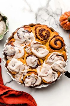 How to make soft and fluffy pumpkin cinnamon rolls with pumpkin pie spice, real pumpkin, and maple cream cheese icing on top. Delicious fall or Thanksgiving breakfast recipe! Pumpkin Recipes, Fall Recipes, Sweet Recipes, Pumpkin Cinnamon Rolls, Sweet Buns, Halloween Baking, Sallys Baking Addiction, Breakfast Pastries, Sweets Cake
