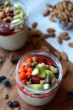 raikas raakapuuro kahdelle 1 dl tattarisuurimoita 1 dl manteleita 2 kypsää päärynää 2 rkl vettä ripaus kardemummaa ripaus vaniljauutetta + marjoja & hedelmiä + mulperimarjoja, hampunsiemeniä, pähkinöitä, siemeniä tai muita haluamiasi päällisiä