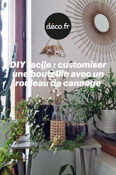Vous avez opté pour des bouteilles en verre plus écologique ou encore vous possédez un vase en verre sans grande personnalité ? Nous avons la solution idéale : personnaliser les récipients avec un rouleau de cannage pour les rendre plus sexy ! Découvrez ce DIY facile capable de vous aider à infuser un peu de votre personnalité au sein de la décoration. Il est temps de se lancer dans la création de cette déco tendance ! Solution, Decoration, Plants, Home Decor, Breast, Wraps, Decor, Decoration Home, Room Decor