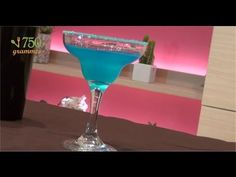 BLUE LAGON    2 cl de jus de citron jaune  1 cl de curaçao bleu  4 cl de vodka