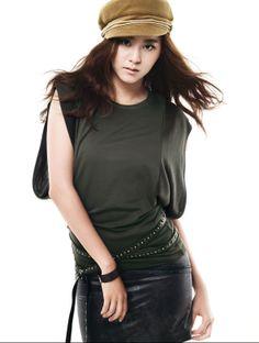 Uee sinh năm 1988, tên thật là Kim Yoo Jin. Tháng 4/2009, cô tham gia nhóm nhạc After School 5 thành viên và được biết đến với phong cách trẻ trung, cá tính. Ngoài vai trò ca sĩ, cô còn tham gia đóng phim và nhận đuợc nhiều cảm tình của khán giả