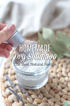 This recipe for homemade dry shampoo combines simple and natural iingredients to help decrease oily hair and extend the time between hair washing. Homemade Dry Shampoo, Homemade Skin Care, Diy Skin Care, Homemade Beauty, Diy Beauty, Natural Dry Shampoo, Homemade Scrub, Beauty Tricks, Vida Natural