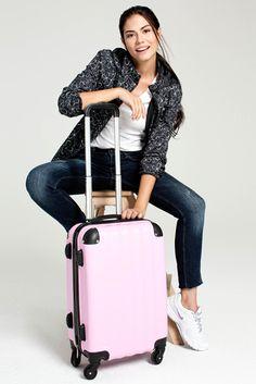 Havaların soğuması hafta sonu kaçamaklarına engel değil. Demet'in bavul seçimi toz pembe, seninki ne? #DemetÖzdemir #FreshCompany #trend #moda #fashion #kadınmodası #stil #kombin