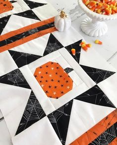 Fall Sewing Projects, Quilting Projects, Quilting Designs, Quilting Ideas, Halloween Quilt Patterns, Halloween Quilts, Halloween Runner, Quilt Block Patterns, Pattern Blocks