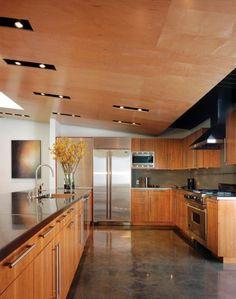 une cuisine en bois élégante avec un revêtement de sol en résine moderne