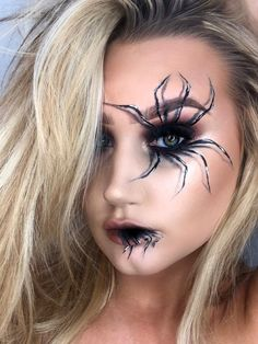 Looking for for ideas for your Halloween make-up? Browse around this site for creepy Halloween makeup looks. Diy Halloween, Creepy Halloween Makeup, Pretty Halloween, Halloween 2019, Halloween Vampire, Halloween Dress, Halloween Stuff, Vintage Halloween, Halloween Costumes
