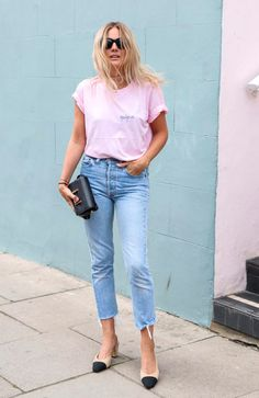 A street-style gallery of fashion girls showing you how to style mom jeans to make them look cool not dated. Fashion Me Now, Moda Fashion, Pink Fashion, Star Fashion, Estilo Blogger, Denim Outfits, Fashion Blogger Style, Street Styles, Ideias Fashion