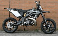 Custom CR500 Supermoto.........dammmmmnnn, look at that swingarm and AL frame....I would be in Jail within an hour on this thing.....
