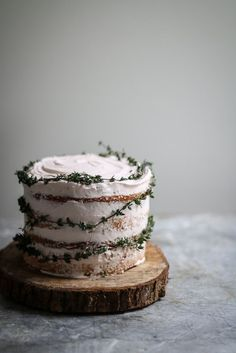blood orange thyme cake – twigg studios I love this time of the year when there are blood oranges around, they are so pretty and taste great in cakes, I made this little blood orange and thyme cake with them, I have also made a black bot… Pretty Cakes, Beautiful Cakes, Just Desserts, Dessert Recipes, Cake Recipes, Baking Desserts, Sweet Recipes, Nake Cake, Orange Sanguine