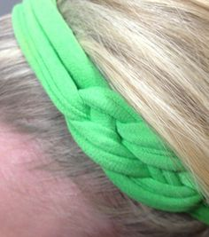 knotted t-shirt headband out of old t-shirts Diy Headband, Headbands, Knotted Headband, Tshirt Knot, Tee Shirt, Diy Hair Accessories, Crafty Craft, Diy Clothing, Couture